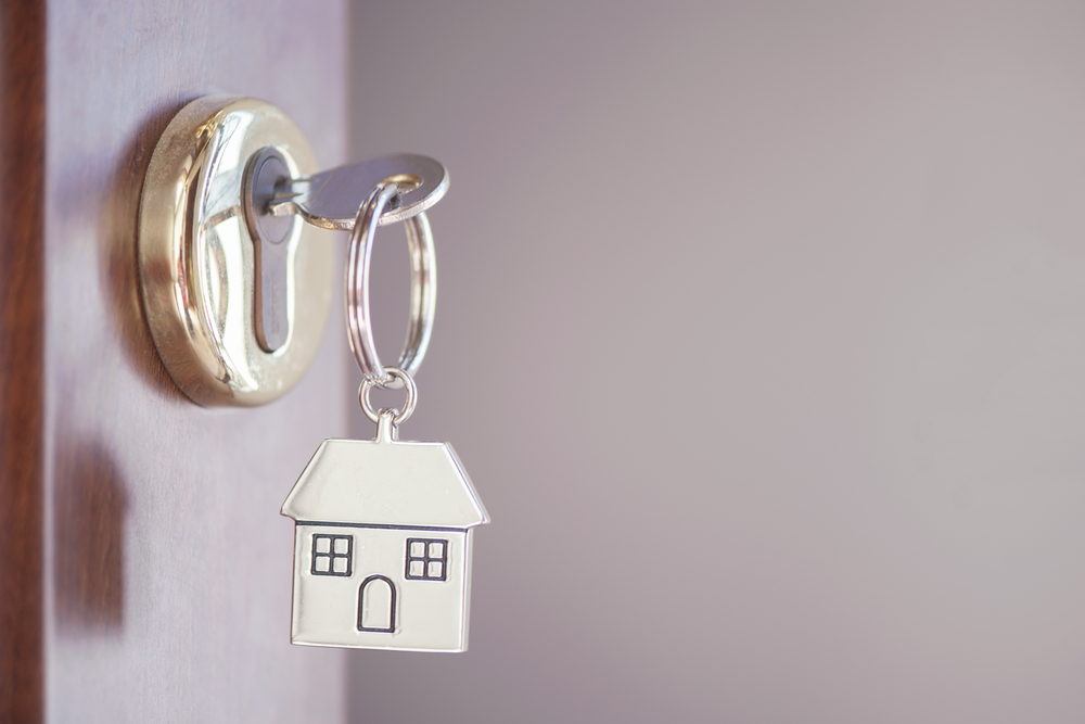 nyckel med nyckelbricka som ser ut som ett hus